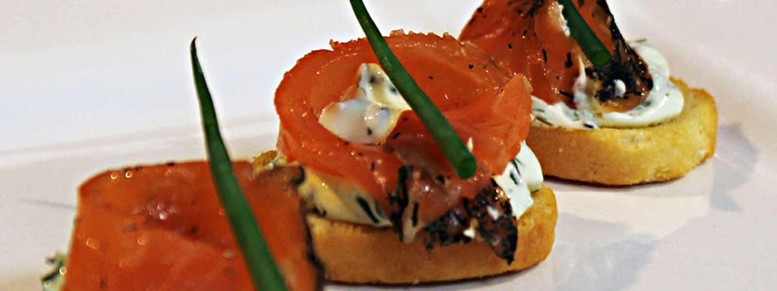 Cream cheese, chive & smoked salmon canapesk